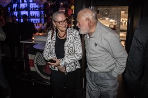 Förre ÖSK-ordföranden Rose-Marie Frebran är en stor supporter till laget, och deltog vid firandet på Satin. Här samtalar hon med en annan stor supportern, nämligen Stig-Erik Nilsson.