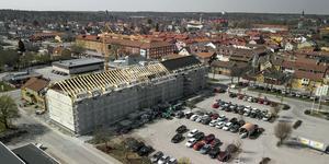 Längs med södra delen av Coops parkering, fastigheten Löparen 6, byggs  det nya vård och omsorgsboendet.