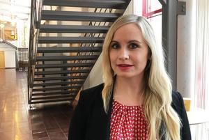 Kammaråklagare Karolina Lassbo menar att 23-åringens berättelse om hur han och 20-åringen skiljdes åt är en efterhandskonstruktion.