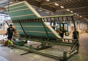 Olika husdelar byggs i fabriken efter specifikation och sätts ihop på plats.