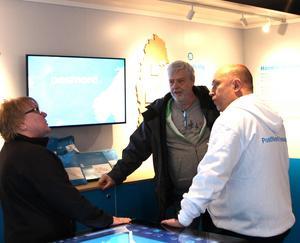 Många kunder hade hittat in i Postnords lastbil på måndagen.