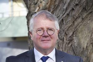 Anders Jansson (M), ordförande i omvårdnadsnämnden, vill på sikt ta bort de delade turerna. Han menar att de är realistiskt att skjuta till 40 miljoner kronor på fyra år till personalförstärkningar.