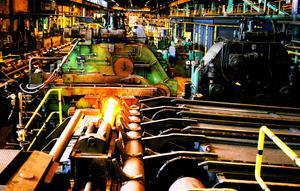 Rengöring av produktionsanläggningar i industrin ingår i arbetsuppgifterna som Enerco utför. Nu har efterfrågan på de här tjänsterna minskat vilket medfört att Hoforsföretaget drar ner och säger upp personal. Bilden är från Ovako i Hofors.