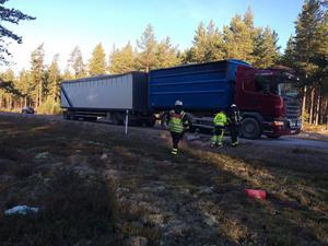 Ett larm om en lastbilsbrand på riksväg 70 i Garsås, Mora kommun, inkom på måndagsmorgonen. Det brann i ett av däcken på lastbilen, chauffören kunde dock själv släcka branden.