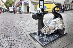 Så här ser Östersunds gatustatyer ut. De föreställer Storsjöodjurets barn Birger.