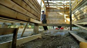 Snickaren Bertil Carlsson har sett till att få upp timmerstommen till huset. Resten av arbetet ska utföras av medlemmarna själva.