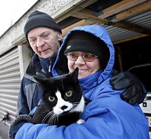 Katten Jennifer blev rädd och smet ner i källaren. Där hittades hon av brandmännen, som kunde ge henne syrgas och återlämna henne till matte Mona Nielsen och husse Sune Eriksson.