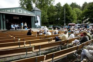 Omkring ett hundratal personer samlades under söndagen i Societetsparken för att höra olika moderata talare. Foto: Leif Gustavsson