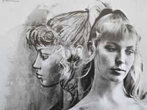Lydia Corbett som i sin ungdom hette Sylvette David bredvid ett porträtt av Pablo Picasso.