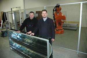 SOLFÅNGARE. Platschef Tony Björklund och delägare Stefan Larsson visar upp en färdig solfångare. I fabriken i Älvkarleö kommer endast komponenterna att tillverkas – själva solfångaren sätts ihop i fabriker på plats.