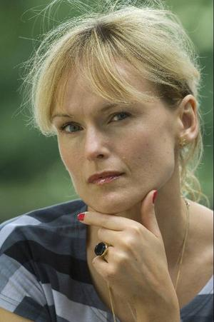 Cajsa Stina Åkerström har skrivit om sig själv och sin far.