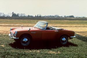 På 1960-talet gjorde Honda succé med sin öppna sportbilar som Honda S600. Honda var den mer annorlunda och rebelliska biltillverkaren, mycket beroende på grundaren Soichiro Hondas personlighet.