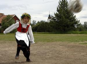 Natahlie Halvarsson, sju år, från Idre, värmer upp med fotboll inför majstångsresningen.