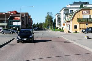 Västra Centralgatan sträcker sig  bort mot Åkergatan och Fallrisgatan.