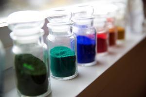 Vackra färger står uppradade för åskådan i kursateljén.