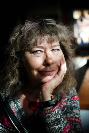 Världskonstnären Ingrid Roth blir aldrig rotlös. Hennes hjärta klappar alltid för hemma i Aspåsnäset.