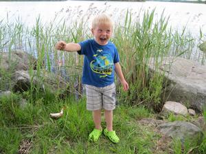Filip Lindholm på besök hos farmor och Yngve i Virsbo. Glädjen på topp när han fick sin första fisk.