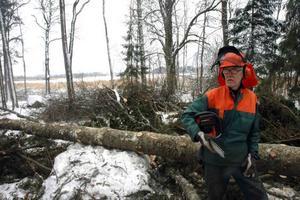 SADLADE OM. Calle Wårdh, Tierp, sadlade om från handlare till skogshuggare. Nu är han med och rensar vid Kyrksjön.