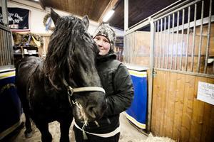 Hanna Edvinsson är skötare på Faksen J:r, en av de nominerade till Årets kallblod. Men hon tror att Hallsta Lotus tar tredje raka segern som Årets kallblod. –Det är ganska självklart tycker jag. Han har vunnit alla de största loppen, och han har sprungit in mest pengar.