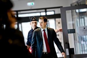12 februari 2015. Inrikesminister Anders Ygeman (S) besöker Vivalla och polisen Fredrik Malm. De två diskuterar bland annat krigsresor från Vivalla. Ygeman uppger för NA att 32 svenskar dött för IS hittills.