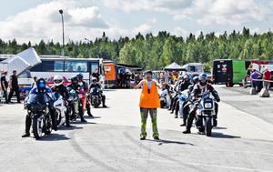 – Förarna lever som nomader hela sommaren och när en tävling dyker upp så bara kör de, säger tävlingsledare Rolle Nilsson som vinkar fram några spända mc-förare.