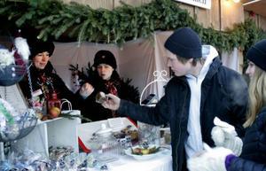 Handelsbolaget Fru Fröken Karamell som drivs av Madeleine Nilsson och Ulrika Sundin fick pris för bästa monter i 1930-talsstil. På söndagen fanns Eric Grönlund och Kajsa Holten från Östersund bland karamellköparna.