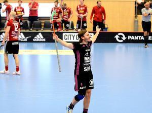 Alexander Galante Carlström jublar efter sitt 3–0-mål i den första perioden.