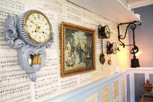 Att tapetsera väggarna med gamla notblad går alldeles utmärkt.