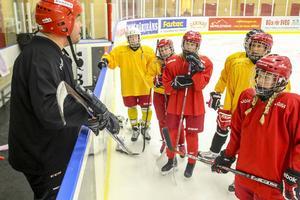 Tommy Svensson går igenom övningar.