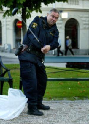 Polisman Leif Karlsson testar svingen med en av de omhändertagna klubborna.