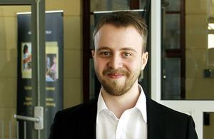 Simon Johansson belönas för sitt examensarbete.