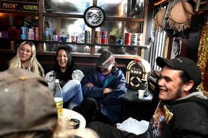Sandra Larsson, Mia Ricknell, Jarmo Hämtyle och Daniel Leander sitter och fikar i Hillbilly's mysiga klubbhus på Näringen.Taxi modell äldre.