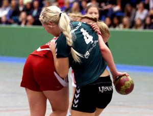 Mathilda Larsson i kamp med Gustavsbergs sluggerskytt Matilda Bylund.