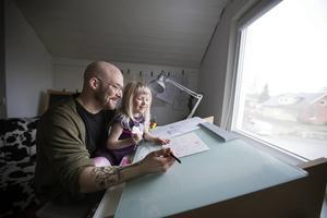 Hans Forsell och dottern Ines vid ritbordet.