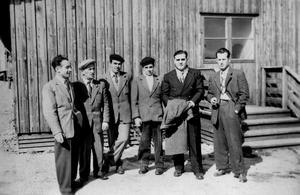 Nyanlända. En sextett italienare som värvats i norra Italien för att arbeta på Asea i Västerås. Bilden togs hösten 1947 utanför en av Aseas ungkarlsbaracker på Hammarby Sjöhage. Josef Caspari står längst till vänster och de två kamraterna till hgöer hette Salvatore Agugliaro och Nello Conti.