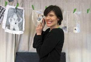 Fotografier, dagböcker, dokument och privata föremål ingår i rekvisitan till Alexandra Zetterberg Ehns öppenhjärtiga