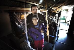 Sexåriga Tova Back från Stockholm vågade sig på en tur med spökpendeln tillsammans med farfar Krister Norrgård. Där var det mörkt, fullt av spindelväv och en del kroppsdelar från skyltdockor.