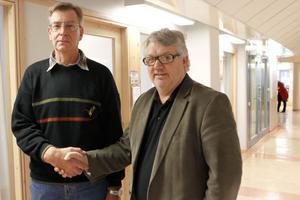 Lycka till med nya jobbet! KG Englund (till höger) på kommunens arbetsmarknadsenhet lyckönskar Stig Lindberg i det nya projektet.