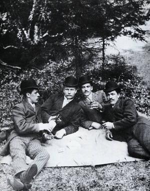 Den här glada kvartetten på Sätraåsen på 1890-talet drack inte. Jo, men det gjorde de väl? Nej, de drucko. Men vad? Det ser faktiskt ut att vara en flaska vin.
