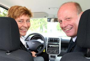 Gävle Energis vd Per Laurell och miljöchef Inger Lindbäck var så här glada när de provade Think för första gången i Ockelbo i höstas. Nu går företaget in i elbilsprojektet Power Circle.