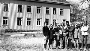 En enda stor familj i solgasset bakom det gamla ålderdomshemmet. Från vänster Björn Sandberg, Marianne Sandberg, Harriet Löwenhielm, som håller lilla Anna Wästvind-Looman, Claus Moltke-Hoff, Anita Wästvind och yngste familjemedlemmen Jerk, Hans Looman, Annika Isaacs, Randi Gjertzen och Anders Fjell.
