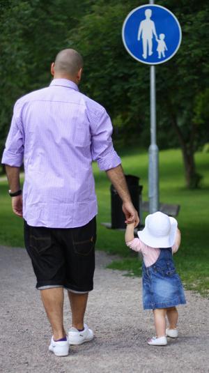 Far och dotter promenerar längst med med Svartån i Västerås.