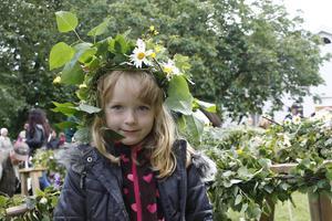 Brita Skaftadóttir, 5 år, hjälpte till att klä midsommarstången.