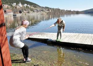 Åretjejerna Moa Wärvik (närmast) och Matilda Cederberg hade vissa problem och ta sig från bryggan där de solat när vattnet steg i Åresjön.