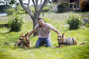 Naeef Almezel  har två bundförvanter i Barbros hundar Clippa och Rocky.