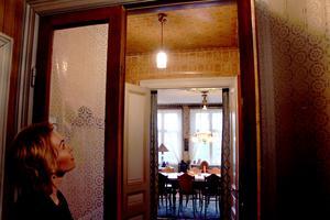 Hisnande vyer i huset och mönsterglädje från golv till tak.