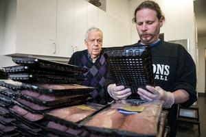 Jarl Nygård och Terje Emtfeldt tog på sig uppgiften att dela upp de stora salamiförpackningarna.