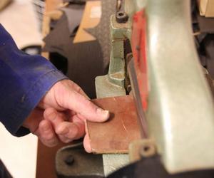 Tjockt läder kan skäras i skivor till den tjocklek man behöver. Birgittas tumnagel är lite tilltygad av jobbet som skomakare.