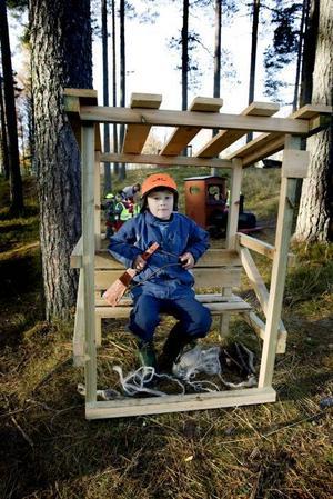 Jagar. Sebastian Barrefjord, sex år, sitter på älgpass utanför förskolan. När han blir stor vill han vara ute och jaga, precis som hans morfar gör.