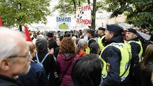 Polis och motdemonstranter vid Folkets demonstration i Stockholm.